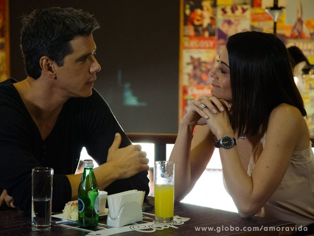 Silvia e Guto conversam amigavelmente (Foto: Ellen Soares/ TV Globo)