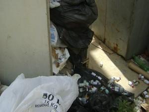 Seringas, luvas cirúrgicas e remédios foram encontrados. (Foto: Waléria Assunção/TV Paraíba)