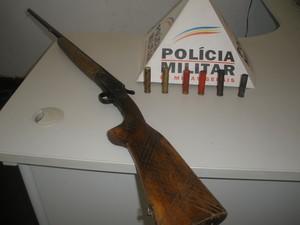 Espingarda que seria de um idoso de 68 anos também foi apreendida. (Foto: Divulgação/Polícia Militar)