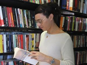 Os livros são os principais recursos de diversão para Danny  (Foto: Beto Marques/G1)