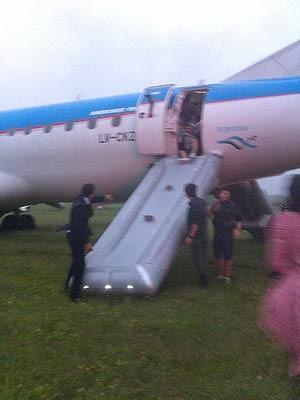 Rampa inflável para desembarque foi usada após incidente em Buenos Aires (Foto: Estadão Conteúdo)