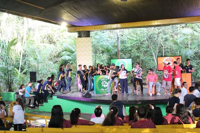 Alunos da escola Dom João de Souza Lima comemoram resultado (Foto: Katiúscia Monteiro/ Rede Amazônica)