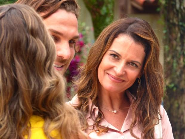 Yvete chega para entrevistar o empresário (Foto: Flor do Caribe/ TV Globo)