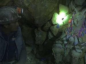 Túneis contam com estátuas de El Tio, que recebem oferendas (Foto: Catharina Moh/BBC)