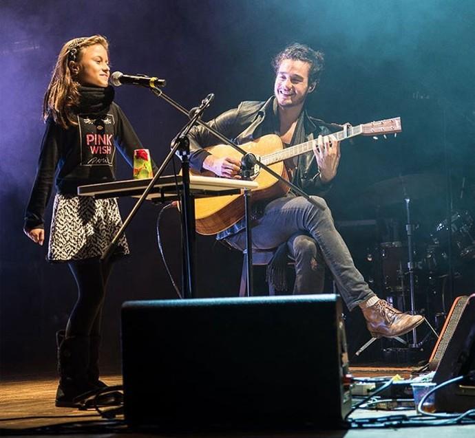 """Rafa Gomes cantou """"A História de Uma Gata"""" no show do Tiago Iorc (Foto: Edjane Madza/ Reprodução Redes Sociais)"""