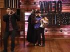 Namorado surpreende Cleo Pires no Vídeo Show e tasca beijão na amada