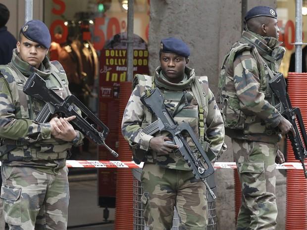 Soldados patrulham região onde um homem com uma faca atacou três soldados, em frente a um centro comunitário judeu, em Nice, na França, na terça-feira (3) (Foto: AP Photo/Lionel Cironneau)