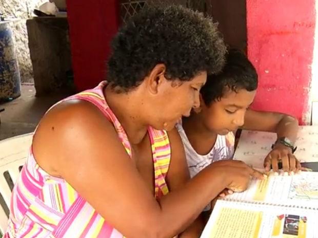 Damião ensina a mãe a ler (Foto: Reprodução/Inter TV Cabugi)