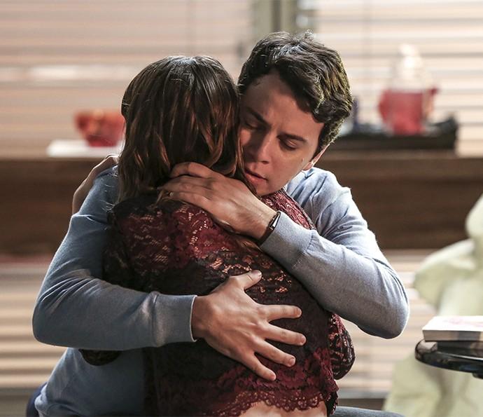 Camila chora com Enéas e diz que não sabe mais quem é (Foto: Isabella Pinheiro/Gshow)