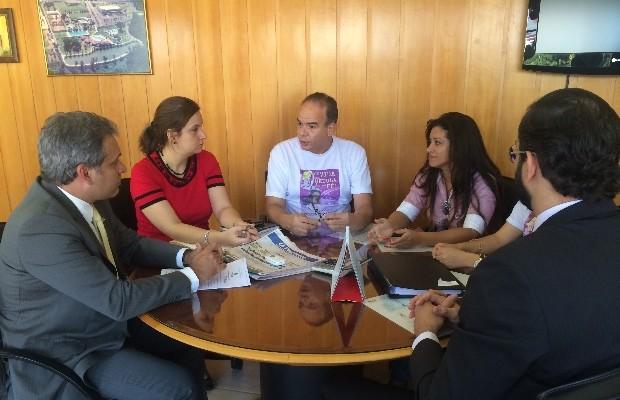 Pai de Rafaela se reuniu com membros da OAB para pedir fim da portaria em Goiânia, Goiás (Foto: Reprodução/TV Anhanguera)