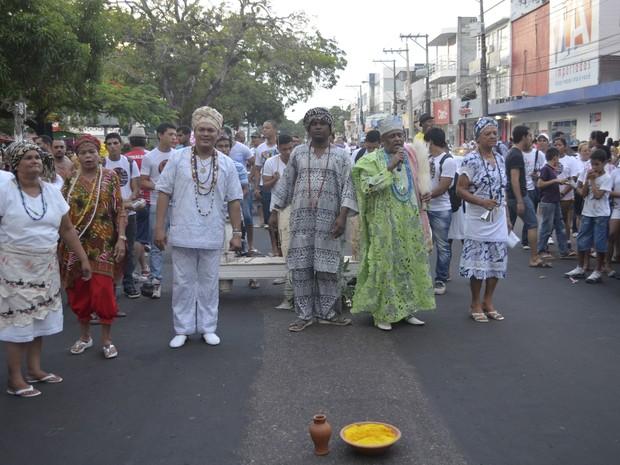 Ritual tem o objetivo de atrair energias positivas ao fiéis (Foto: Dyepeson Martins/G1)