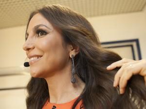 Ivete Sangalo mostra brinco de pedras (Foto: Camila Serejo/TV Globo)