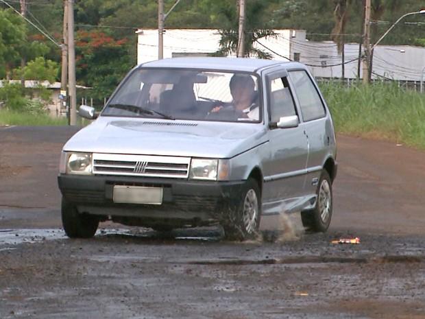 Motoristas são obrigados a trafegar em zigue-zague para desviar de buracos (Foto: Alexandre Sá/EPTV)
