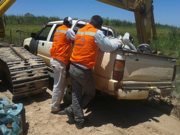 Caminhonete usada para socorrer famílias isoladas de Taquarussu atolou e depois quebrou nesta  segundafeira (Foto: Divulção/Secretaria de Meio Ambiente de Taquarussu)