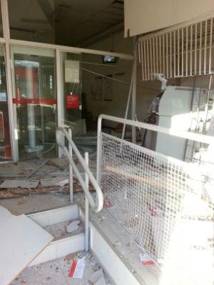 Agência bancária ficou destruída após ação dos criminosos (Foto: Lucas Cerejo / TV TEM)