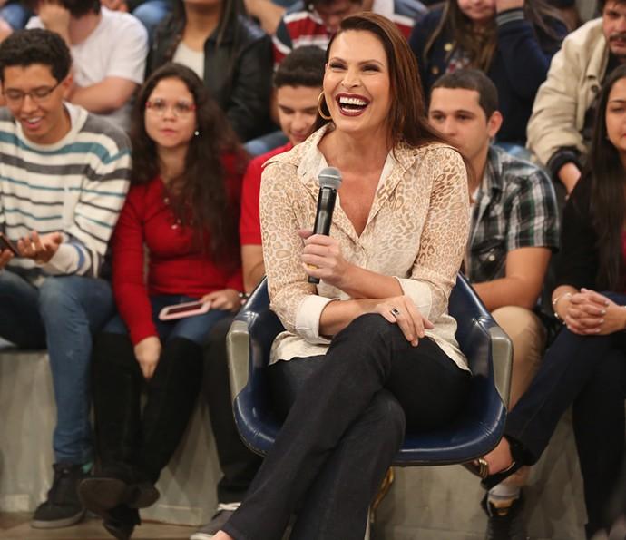 Laura Muller tira dúvidas da plateia no 'Altas Horas' (Foto: Carol Caminha/Gshow)