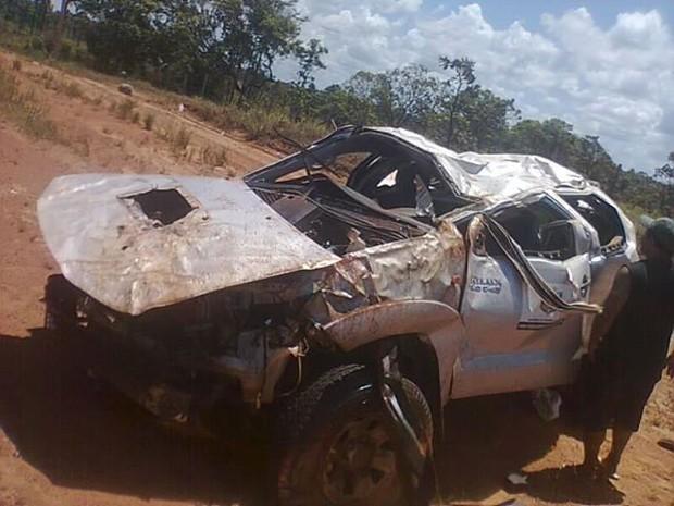 Veículo ficou totalmente destruído (Foto: Reprodução/Facebook)