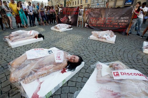 Performance foi feita em calçada de Praga, na República Tcheca (Foto: AP Photo/CTK, Vit Simanek)