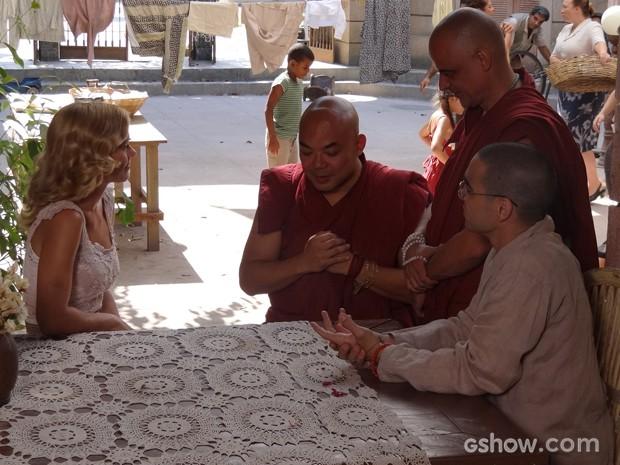 Iolanda convida monges para trabalharem com ela na creche (Foto: Joia Rara/TV Globo)
