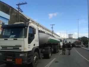 Protesto no porto. (Foto: Carolina Sanches/ G1)