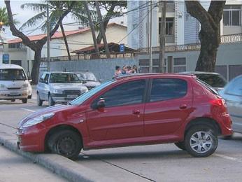 Motoristas devem retirar veículos da pista após batida sem vítimas (Foto: Reprodução / TV Globo)