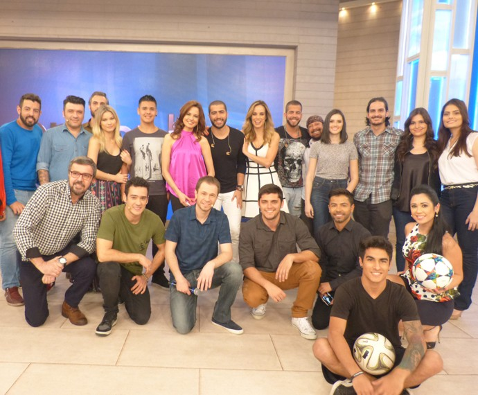 Os apresentadores com os convidados do programa (Foto: Marcele Bessa / Gshow)