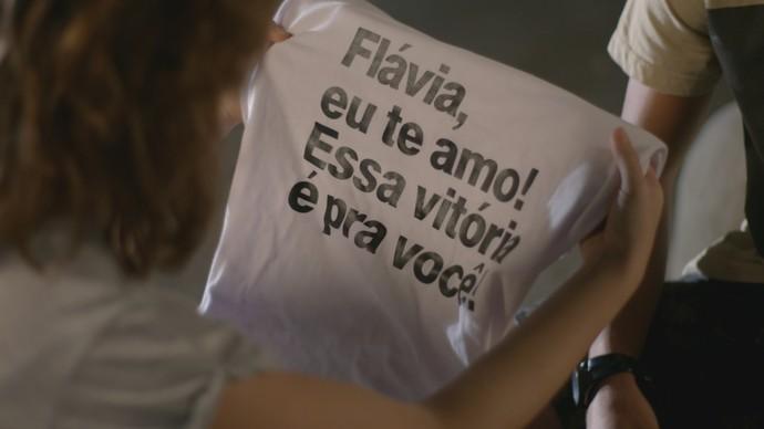 Roger espera que Flávia precisa coloque a camisa dentro da mochila de Rodrigo (Foto: TV Globo)