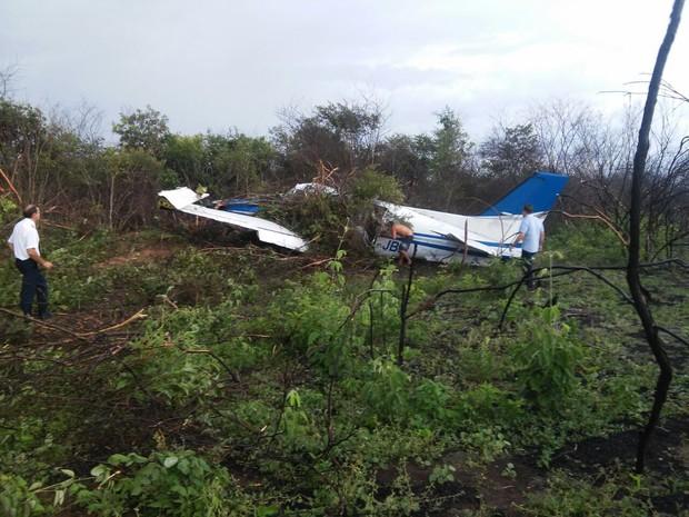 Avião saiu da pista e foi parar em um matagal, em Oeiras, no Piauí (Foto: Divulgação/PM)