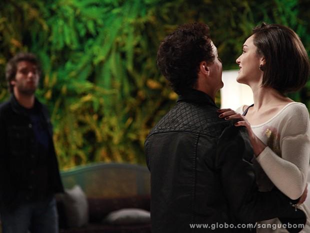 Fabinho vê Giane abraçadinha em Caio (Foto: Ellen Soares/TV Globo)