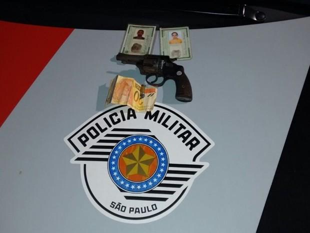 Homem informou onde estava a arma usada no crime  (Foto: Divulgação/ Polícia Militar)