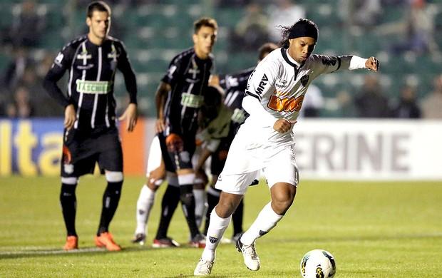 Ronaldinho cobra pênalti do Atlético-MG contra o Figueirense (Foto: Ag. Estado)