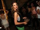 Após praia, Fernanda Lima vai a show em homenagem a Amarildo