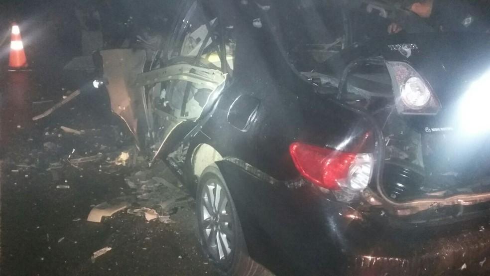 Carro usado pelos bandidos explodiu durante o roubo (Foto: PRF/Divulgação)