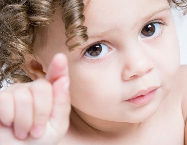 Um pouco de condicionador infantil durante as lavagens é indispensável aos fios crespos  (Foto: Thinkstock)