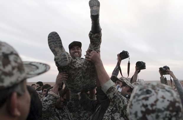 Soldados iranianos comemoram lançamento de sucesso de míssil novo nesta terça-feira (13) (Foto: AP)