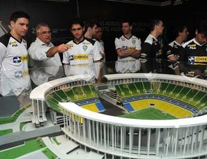 Seleção brasileira de futsal conhece maquete do novo Mané Garrincha (Foto: Luciano Bergamaschi/CBFS)