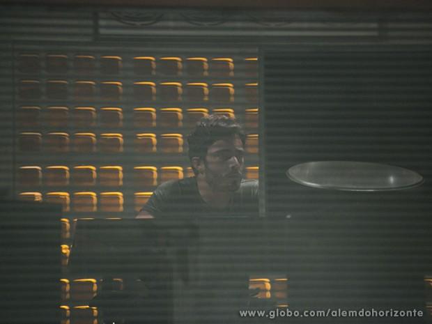 William consegue instalar programa no computador do líder (Foto: Felipe Monteiro/TV Globo)