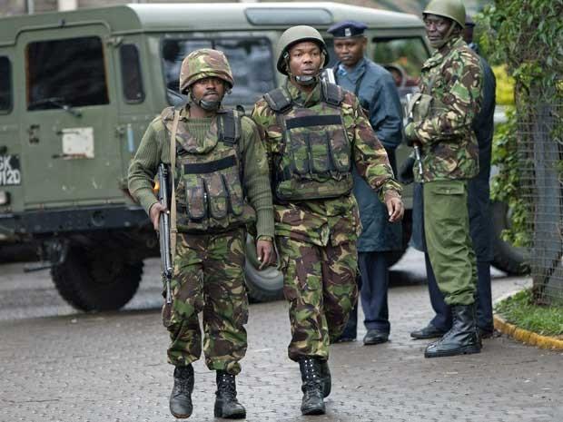 Soldados do exército queniano patrulham região onde está localizado o prédio invadido po rterroristas. (Foto: Sayyid Azim Curtis / AP Photo)