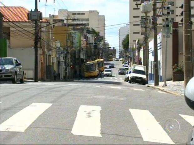 O policial foi preso na mesma rua onde ele fazia os assaltos, segundo as vítimas (Foto: Reprodução/TV Tem)