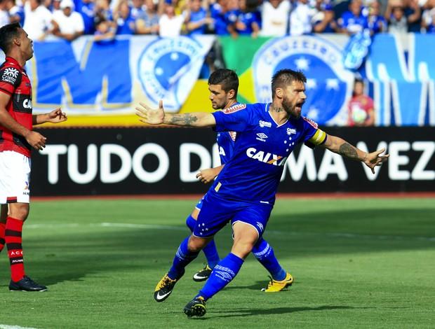 Rafael Sobis comemora gol contra o Atlético-GO