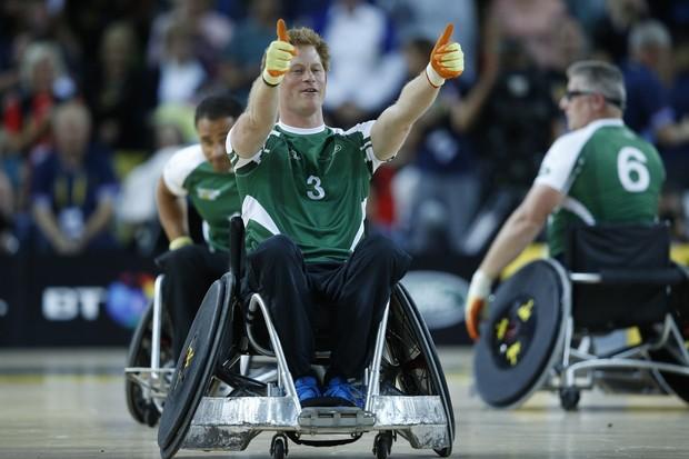 Príncipe Harry participa de jogo de rugby em cadeira de rodas nos Invictus Games (Foto: AFP)