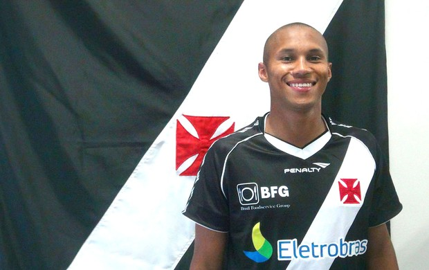 Jonas com a camisa do Vasco (Foto: Gustavo Guimarães / Site Oficial do Vasco)