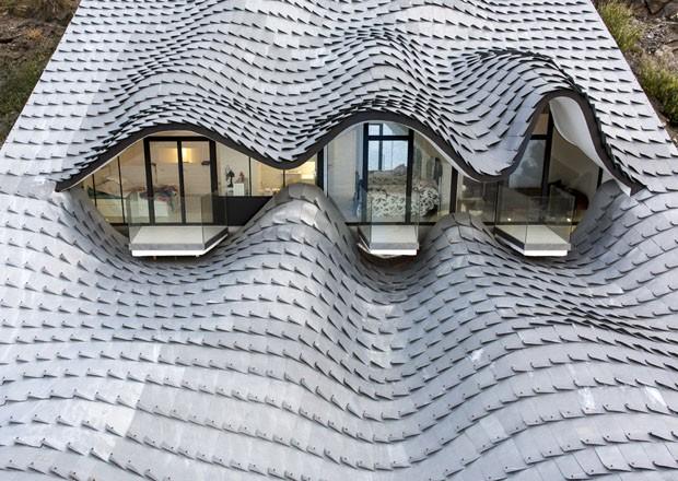 Com telhado ondulado casa inspirada nas formas de gaud - Steel framing espana ...
