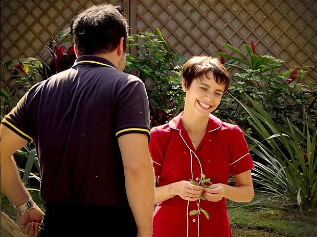 Nina fica feliz com a aproximação de Tufão (Foto: Avenida Brasil / TV Globo)
