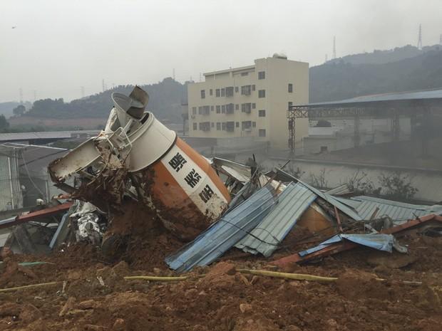 Um deslizamento de terra sepultou parte de um parque industrial e casas próximas na cidade de Shenzhen, em Cantão, neste domingo (20) (Foto: Reuters)