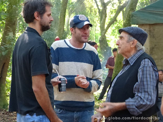 Elias Gleizer conversa com os diretores Leo Nogueira e Thiago Teitelroit (Foto: Flor do Caribe / TV Globo)