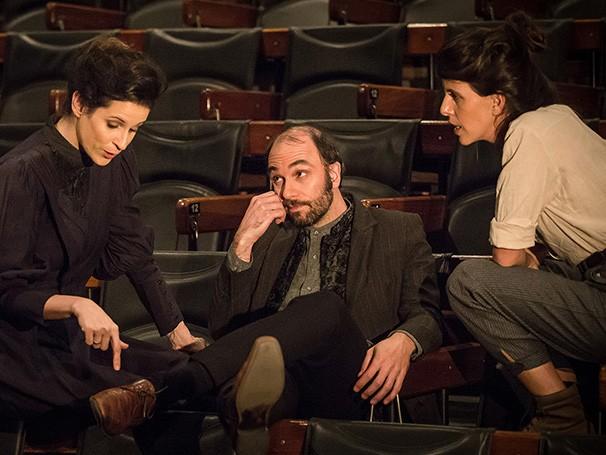 Uma atriz vive o luto da morte de seu marido e recebe a ajuda dos amigos para prosseguir o ensaio de uma peça (Foto: Divulgação/Renato Mangolin)
