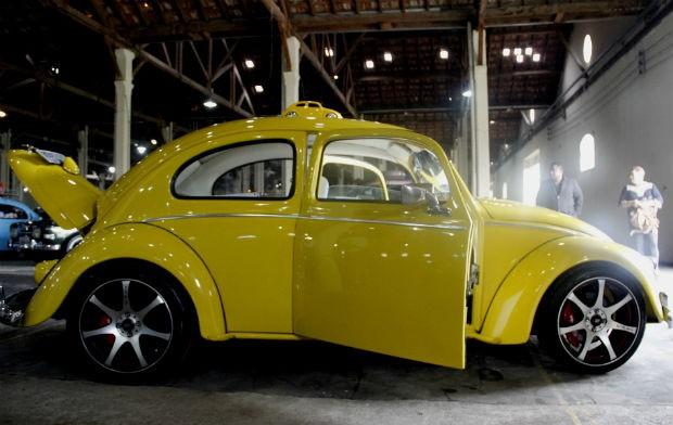 Mecânico adaptou abertura de portas em modelo 1956 (Foto: Fabio Rodrigues/G1)