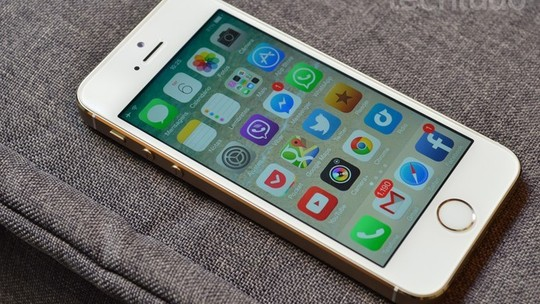 Foto: (iPhone 5S tem um tamanho mais compacto (Foto: Luciana Maline/TechTudo))