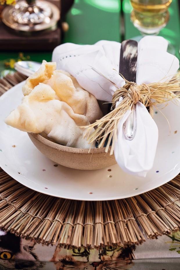 De entrada. Lascas de polvilho do Maní, já dispostas sobre o bowl: para abrir o apetite. Faca de aperitivo da D. Filipa (Foto: Elisa Correa / Editora Globo)